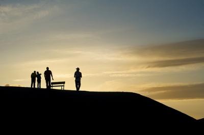 siluet manusia di gunung